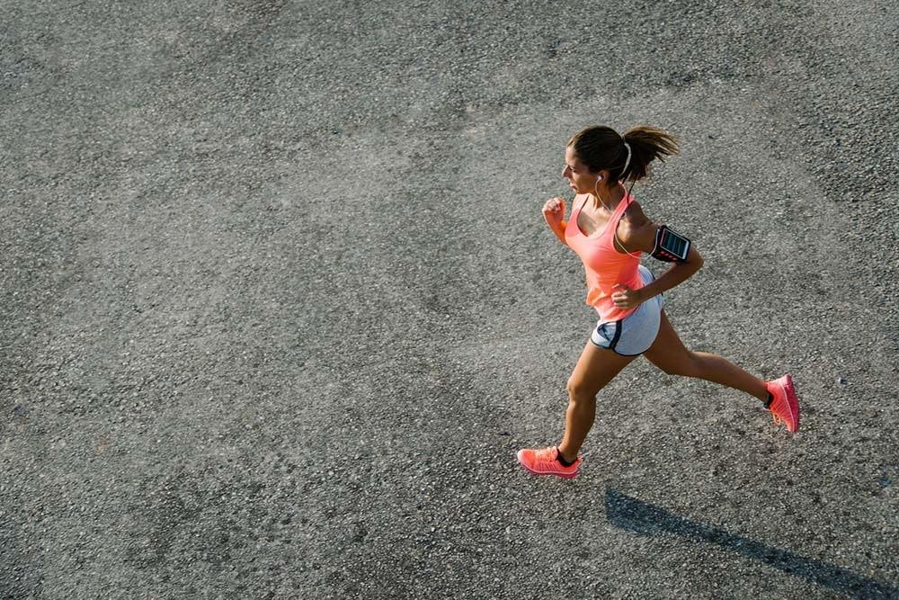 Läuferin mit Smartphone