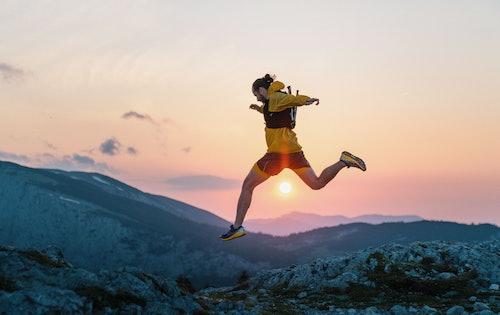 Ragazzo che corre tra le montagne