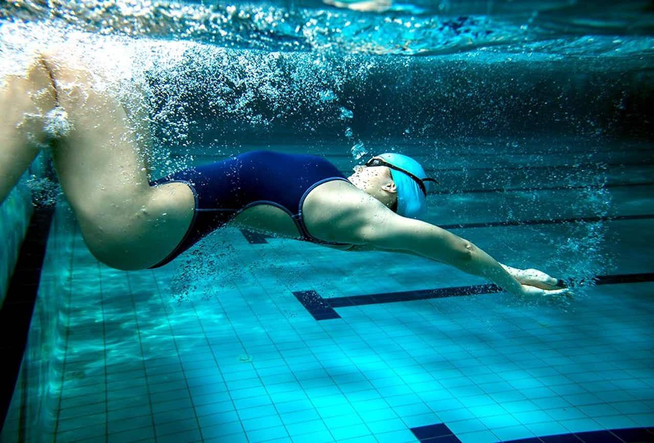 Schwimmerin bei der Rollwende