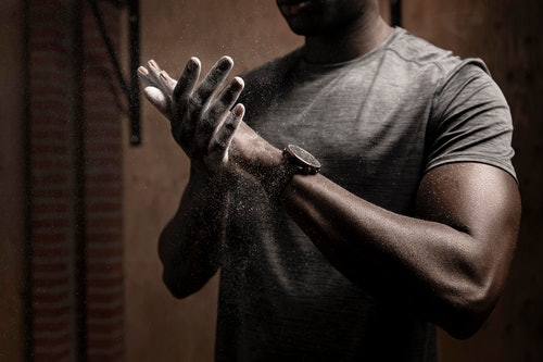 Polar Vantage M2 am Handgelenk eines Sportlers