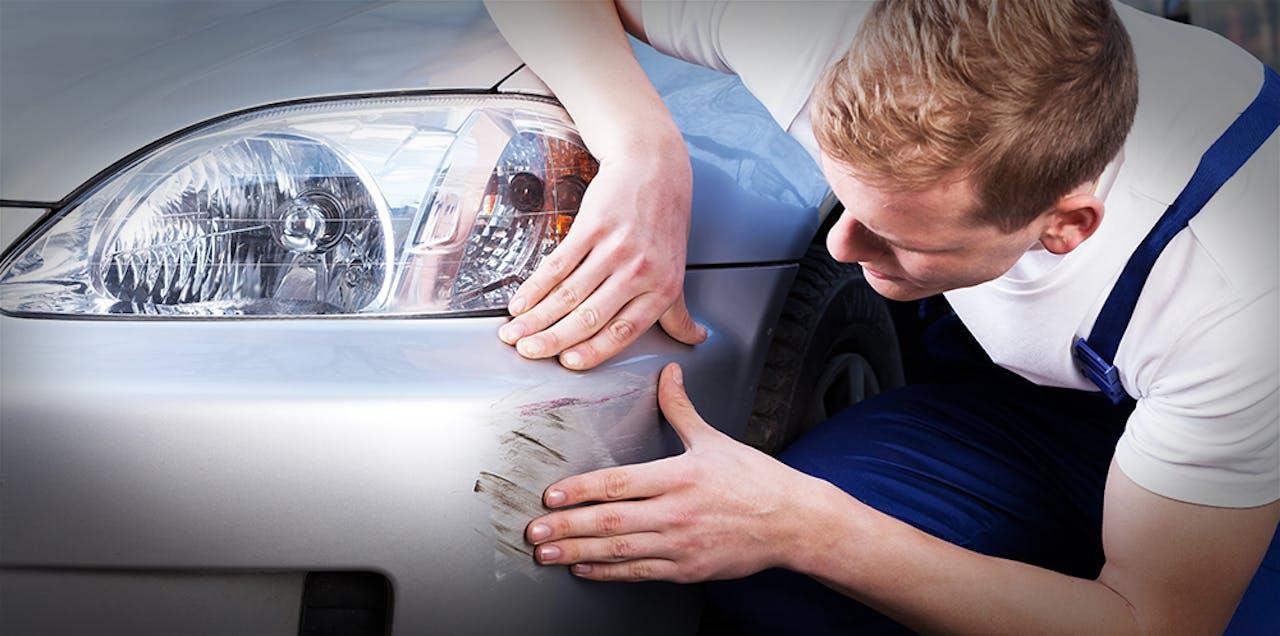 Gutachter begutachtet Schaden am Auto