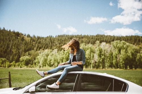 Frau mit ihrem Privatleasing Fahrzeug