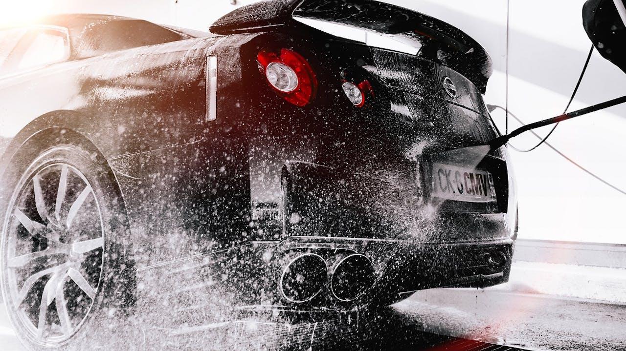 Autopflege im Frühjahr. Fahrzeug reinigen & Lackpflege in der Waschanlage