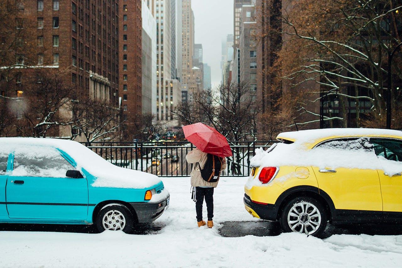 Autos im Schnee in der Stadt
