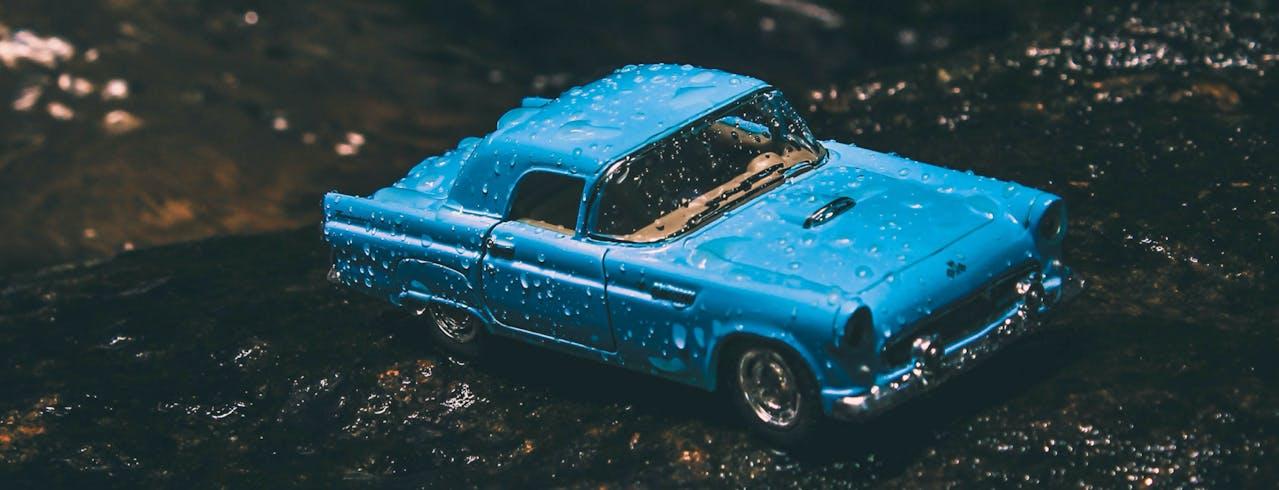 Blaues Automodell im Regen