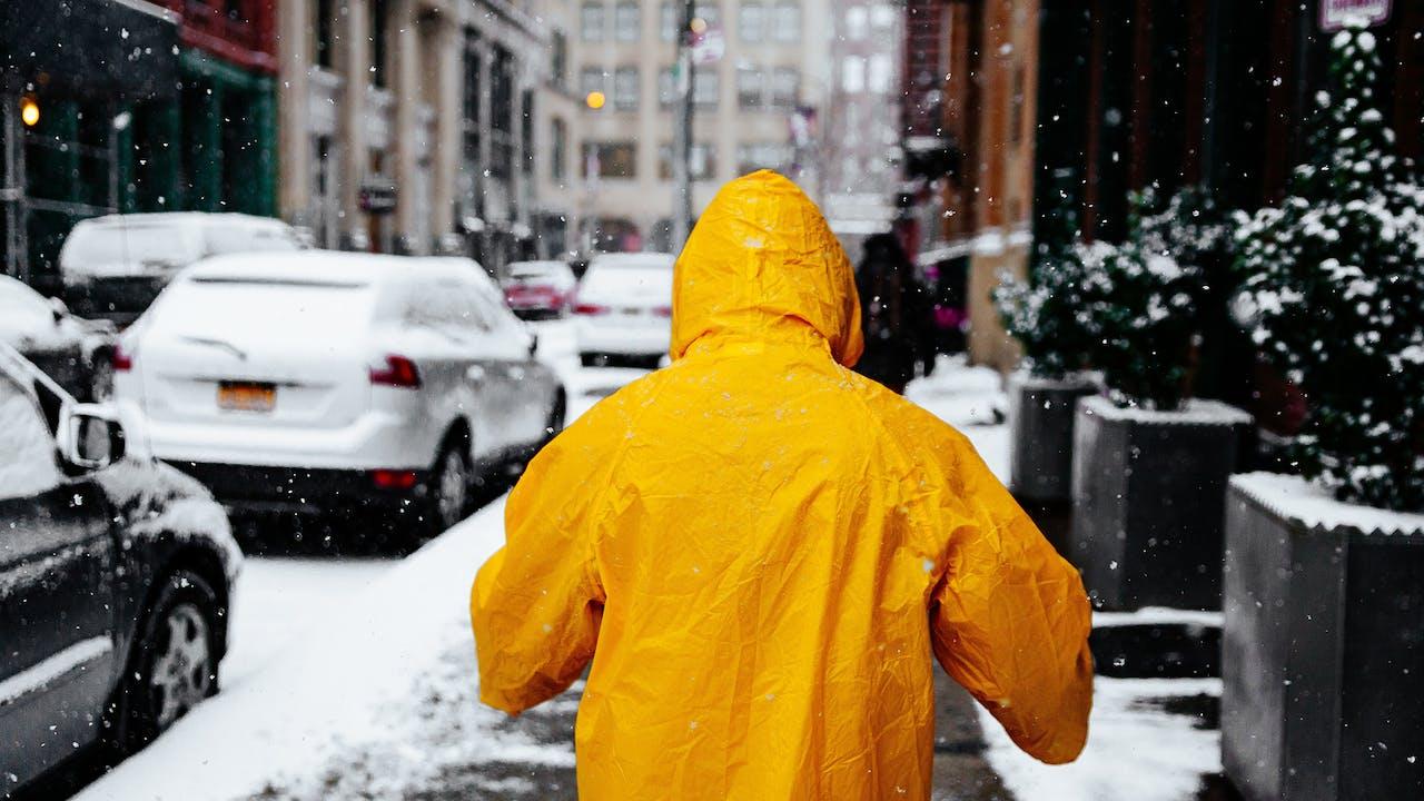 Mensch im Schnee auf Straße im Winter