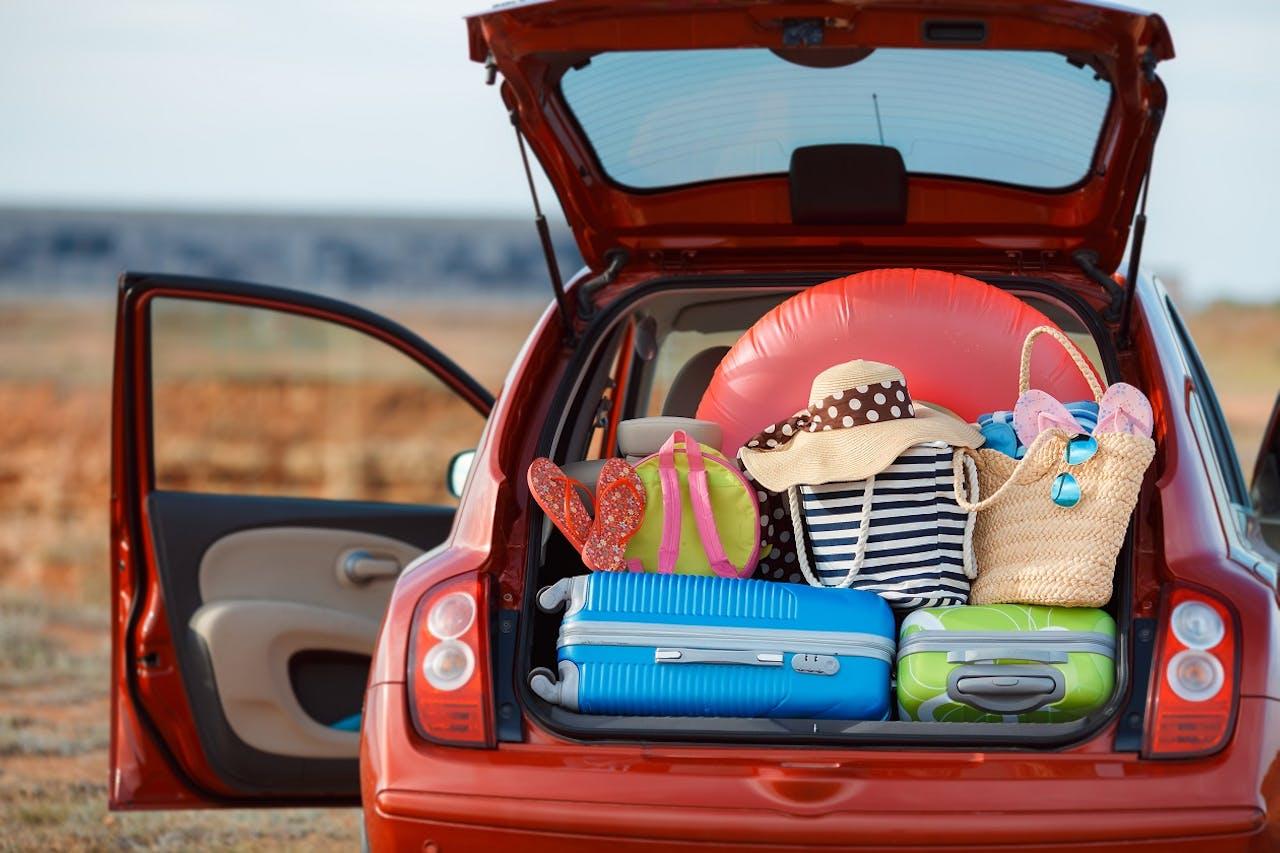Mit Koffer beladenes Auto, Urlaub mit dem Fahrzeug