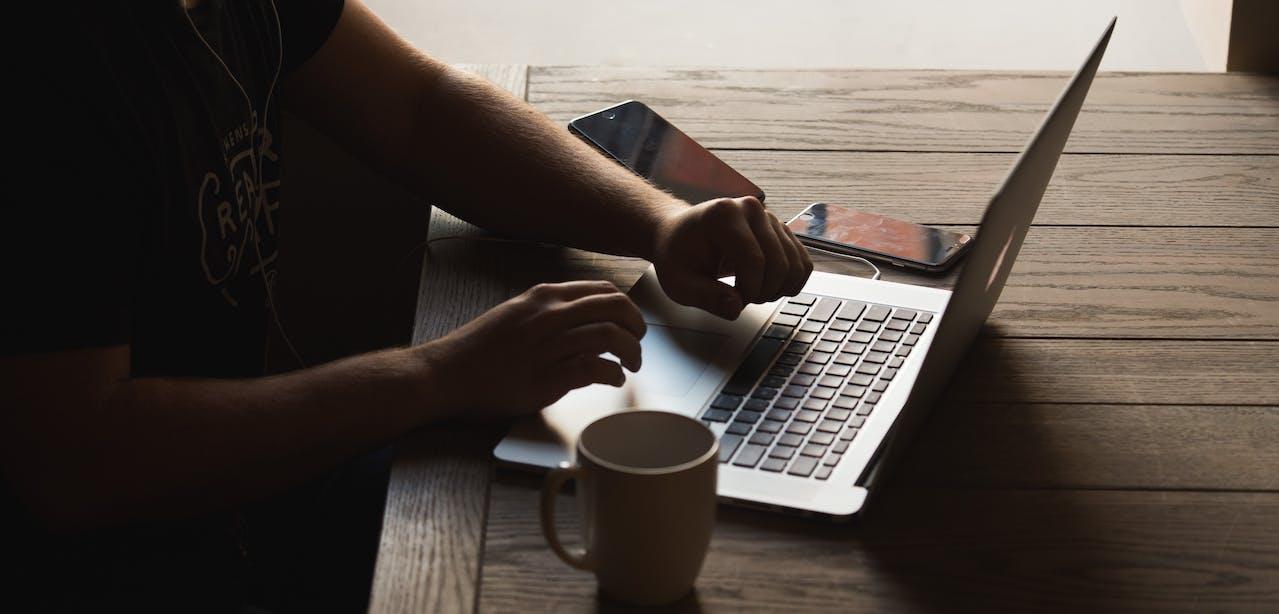 Privatperson am Laptop auf der Suche nach Privatleasing Angeboten bei VEHICULUM