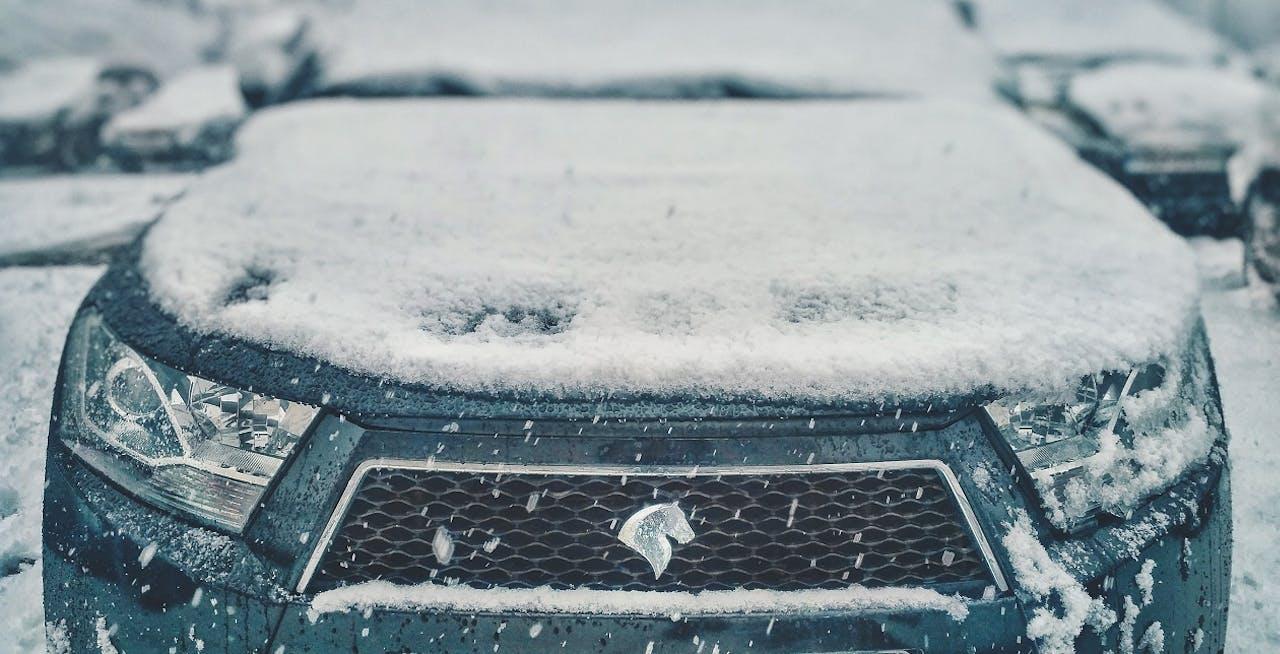 Fahrzeug bedeckt mit Schnee. Sicher Autofahren im Winter bei Schnee und Eis.