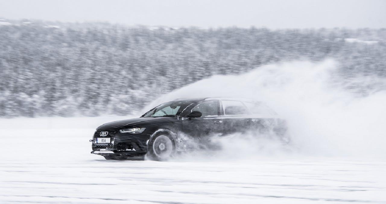 Audi auf Schneebedecktem Untergrund in Action, Autofahren bei Schnee und Eis