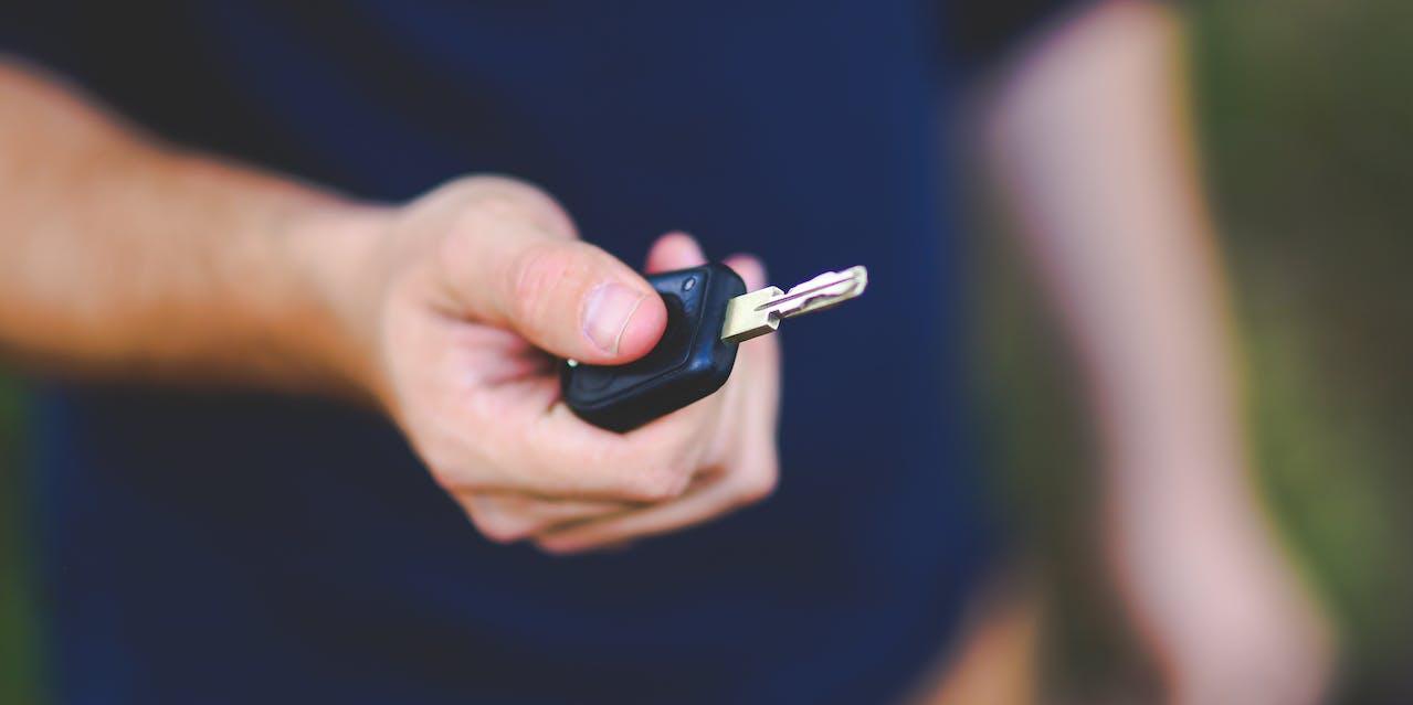 Autoschlüssel in einer Hand