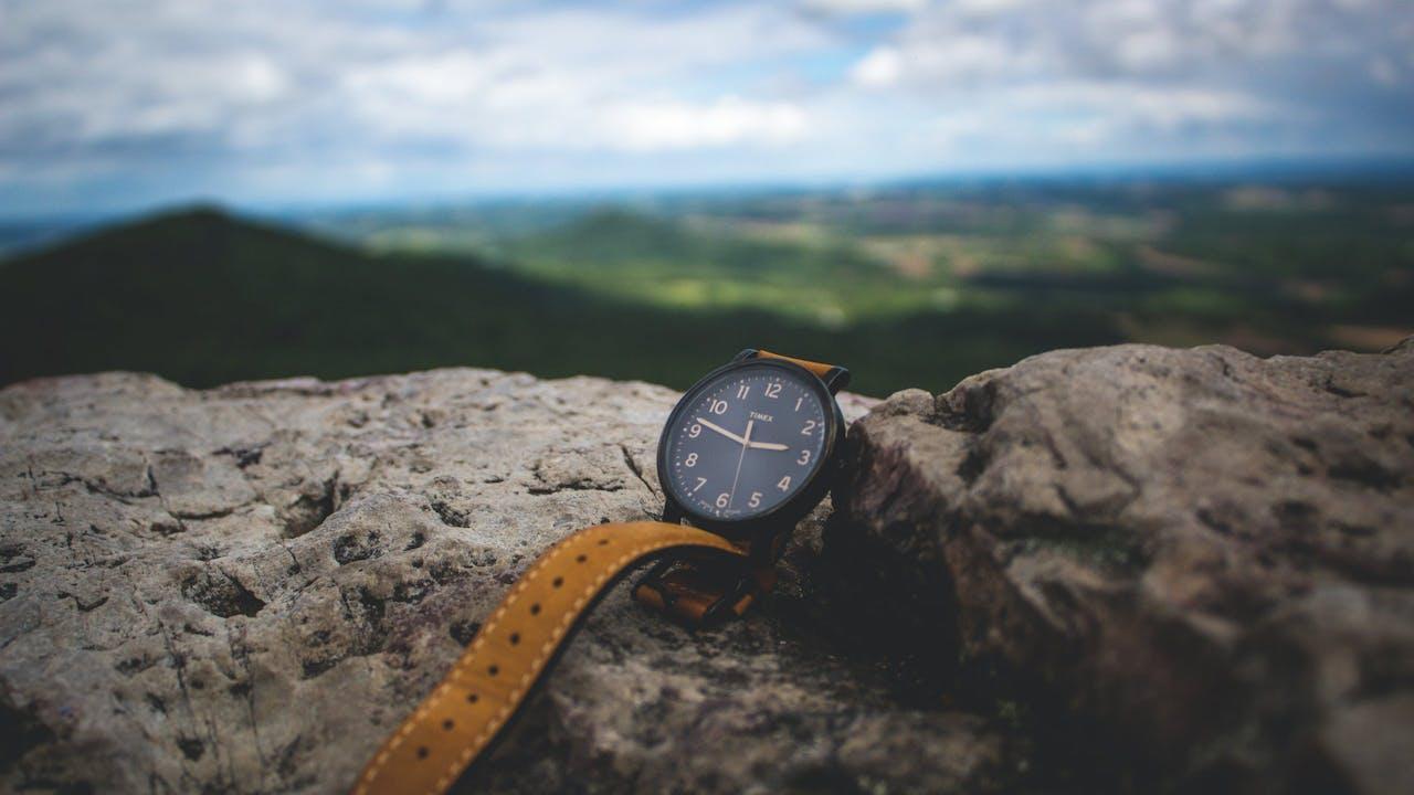 Kurzzeitleasing visualisiert – Armbanduhr auf einem Stein
