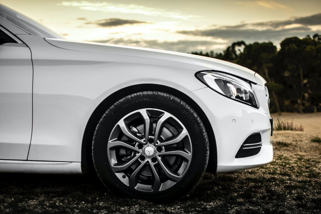 Mercedes Benz Fahrzeug von der Seite
