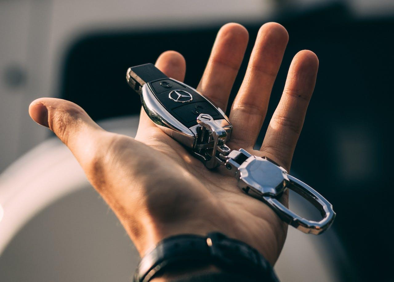 Mercedes Benz Autoschlüssel in einer Hand