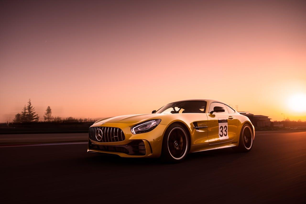 gelbes Mercedes Fahrzeug bei Sonnenuntergang