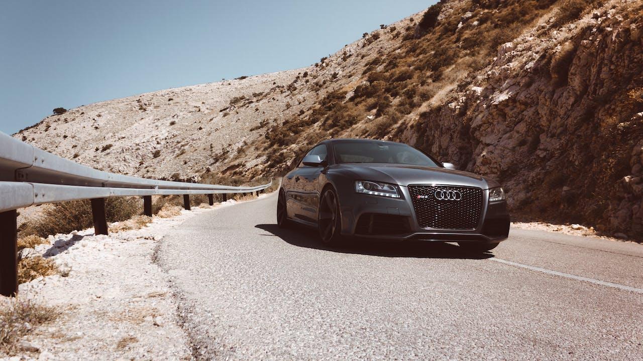 graues Audi Fahrtzeug in den Bergen
