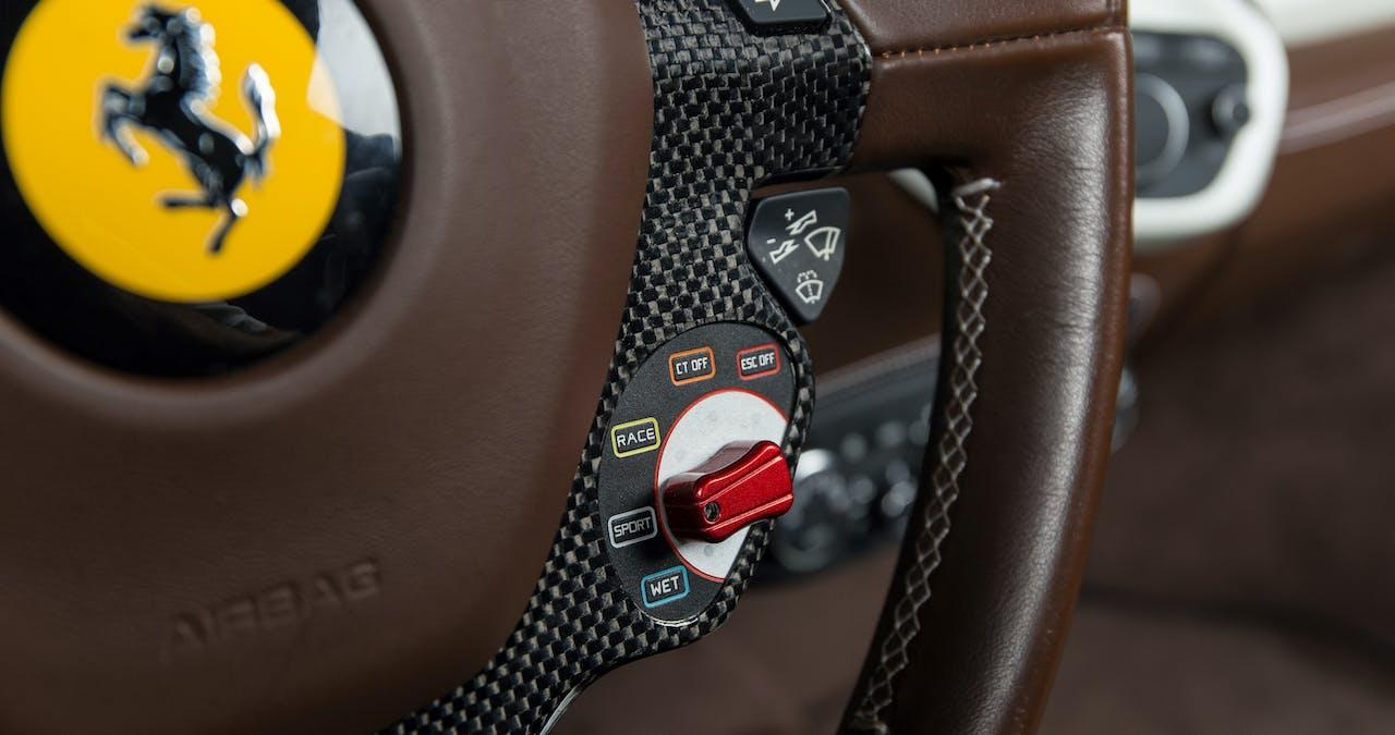 Fahrerassistenzsysteme Schalter an einem Ferrari Lenkrad