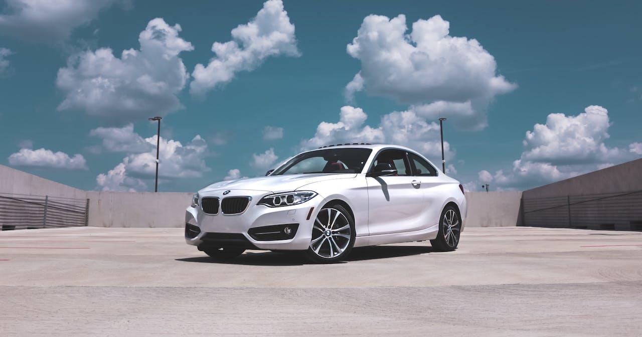 weißer BMW auf einer leeren Straße