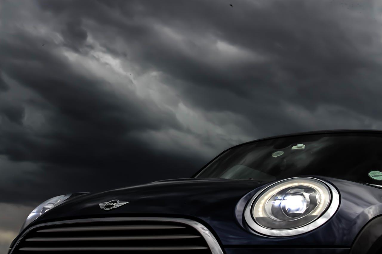Schwarzer Mini bei schlechtem Wetter