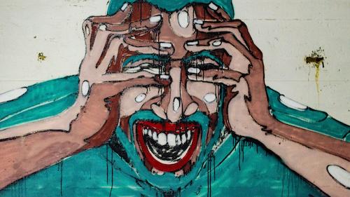 Angst vorm Autofahren Banner: Grafitti mit Mann, der sich die Hände vor die Augen hält