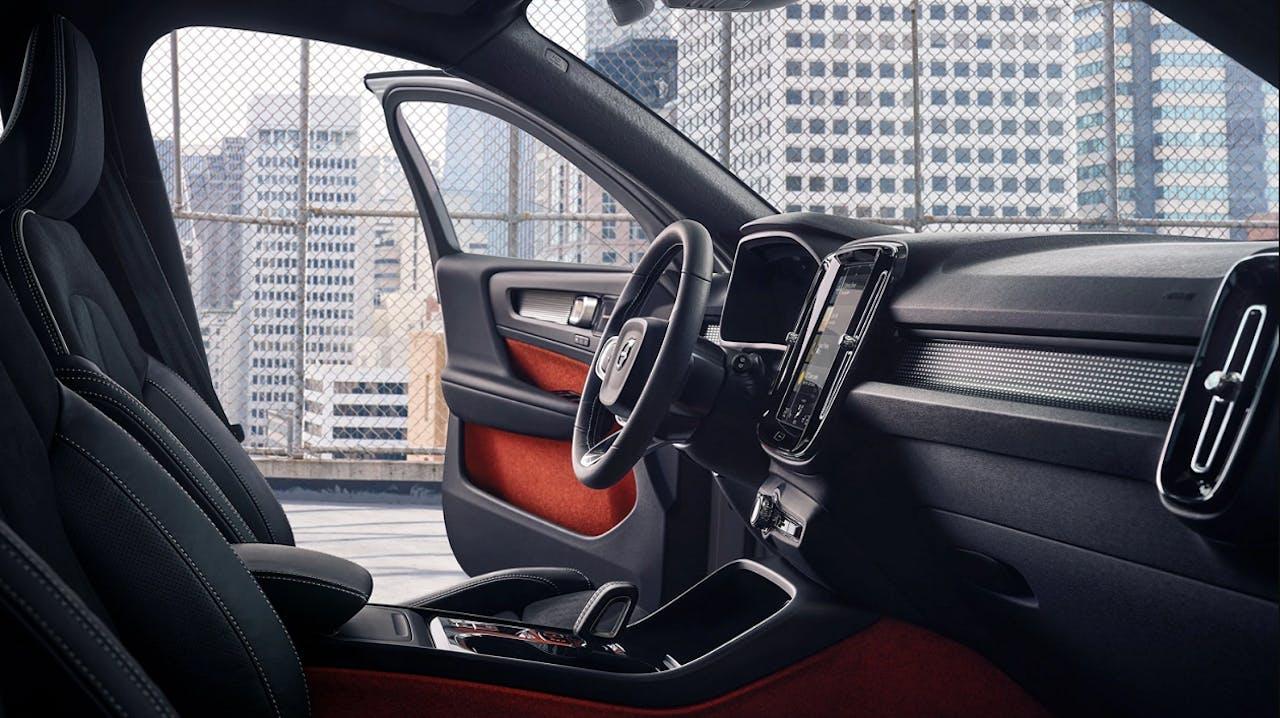 ochwertiger Innenraum des Volvo XC40 mit Hochkant-Touch-Display, qualitativen Materialien und optionaler Farbkombination. Frei konfigurierbar bei Bestellfahrzeugen im VEHICULUM Leasing.