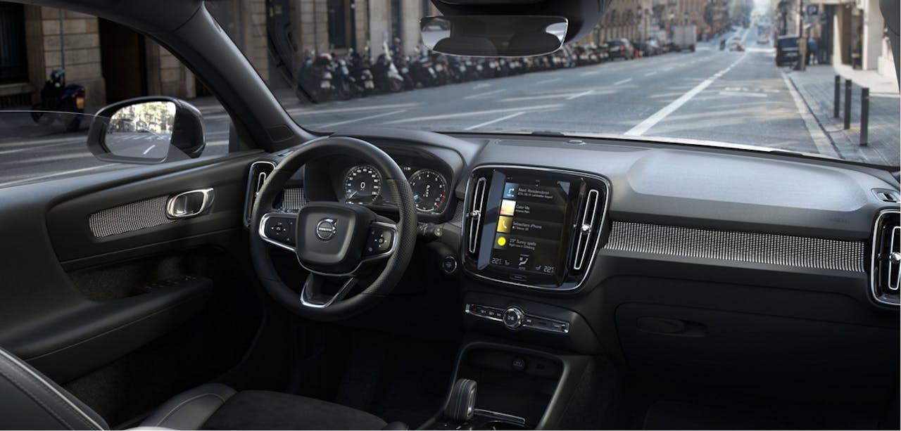 Blick auf das Interieur des Volvo XC40 in der R-Design Ausstattung mit hochwertigen Materialien und übersichtlicher Anordnung. R-Design konfigurierbar im Volvo XC40 Leasing von VEHICULUM