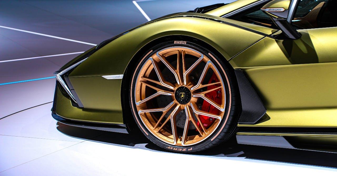 Rad eines Lamborghini Sian auf einer Automesse