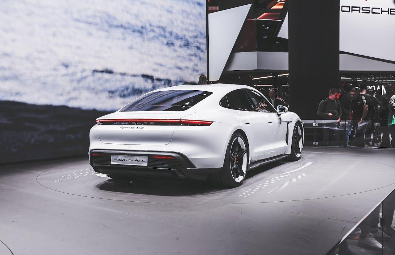 Porsche Taycan auf der Präsentation. Ein Super-Elektro-Sportwagen für Höchstleistungen. Porsche E-Auto Leasing bei VEHICULUM. Wir machen den Check der Umweltbilanz von E-Autos.