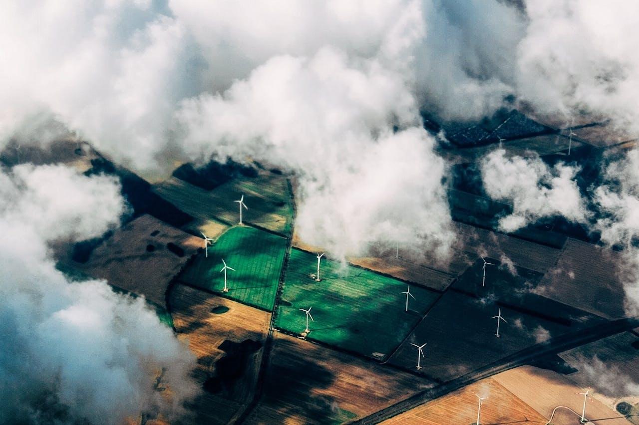 Windkrafträder fotografiert aus der Vogelperspektive. Hält das Stromnetz einen starken Anstieg der E-Auto Zahl und damit das Laden aus?