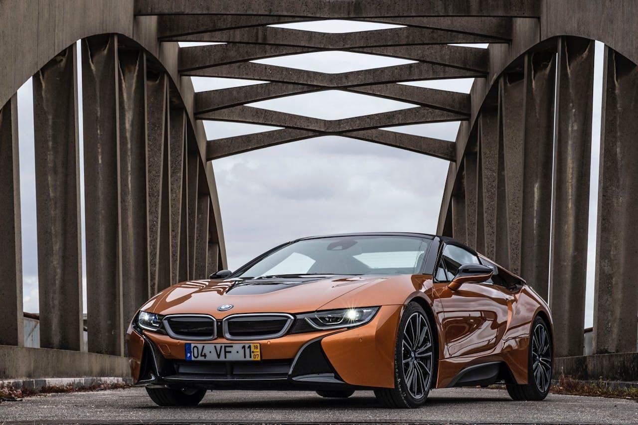 BMW i8 auf einer Brücke. Die Ökobilanz von E-Autos mit hoher Leistung verschlechtert sich, da der Verbrauch steigt.