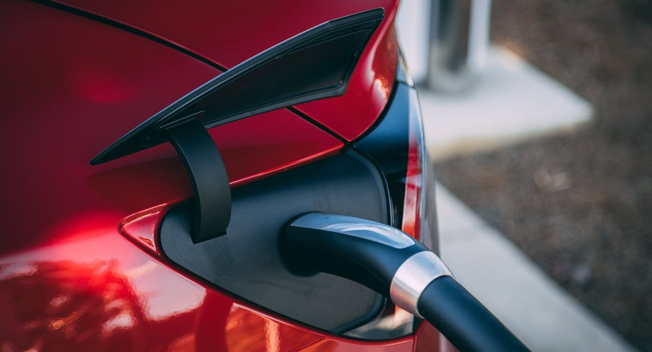 E-Auto aufladen. Wichtig für die Ökobilanz von E-Autos: Wo kommt der Strom her und welcher Strom wurde für die Herstellung genutzt. VEHICULUM checkt.