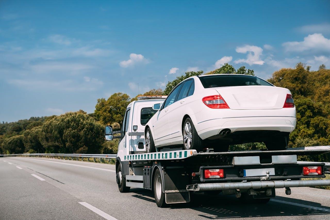 E-Auto Mobilitätsgarantie. Welcher Hersteller sie bietet und was zu tun ist, wenn man mit dem Elektroauto liegen geblieben ist. im VEHICULUM Magazin
