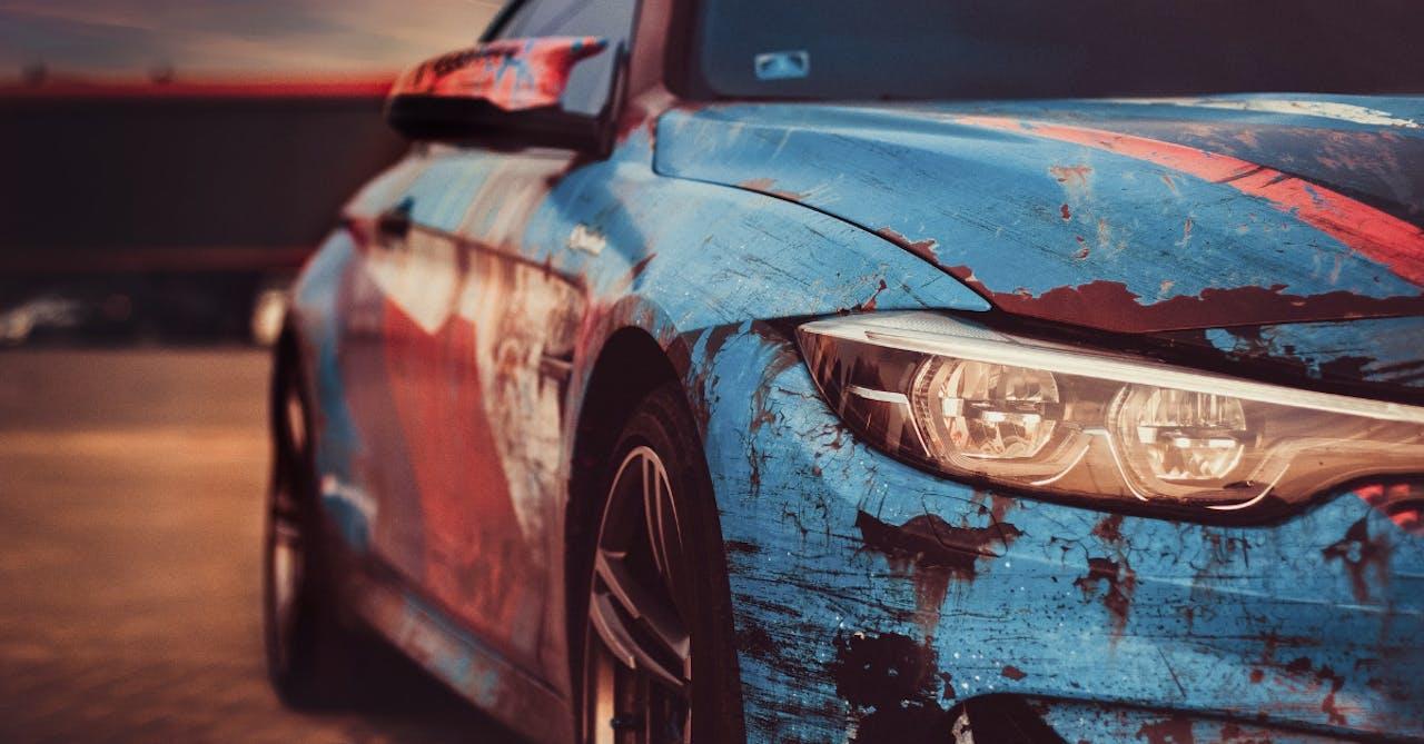 Rost an einem blauen BMW