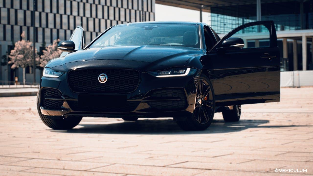 Schwarzer Jaguar XE mit geöffneten Türen