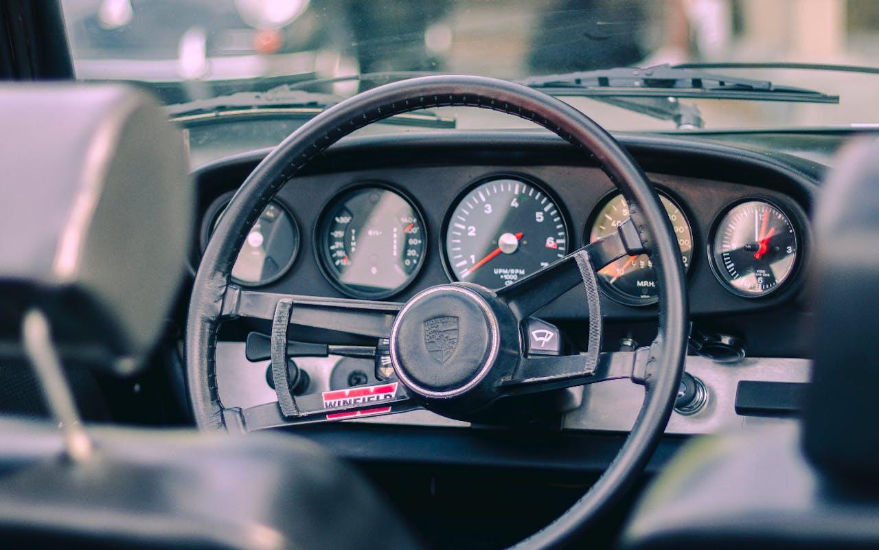 Altes Lenkrad in altem, russischen Auto. Gebrauchwagen leasen von VEHICULUM. Mit Nr. 1 Ratgeber für Leasing von Gebrauchten