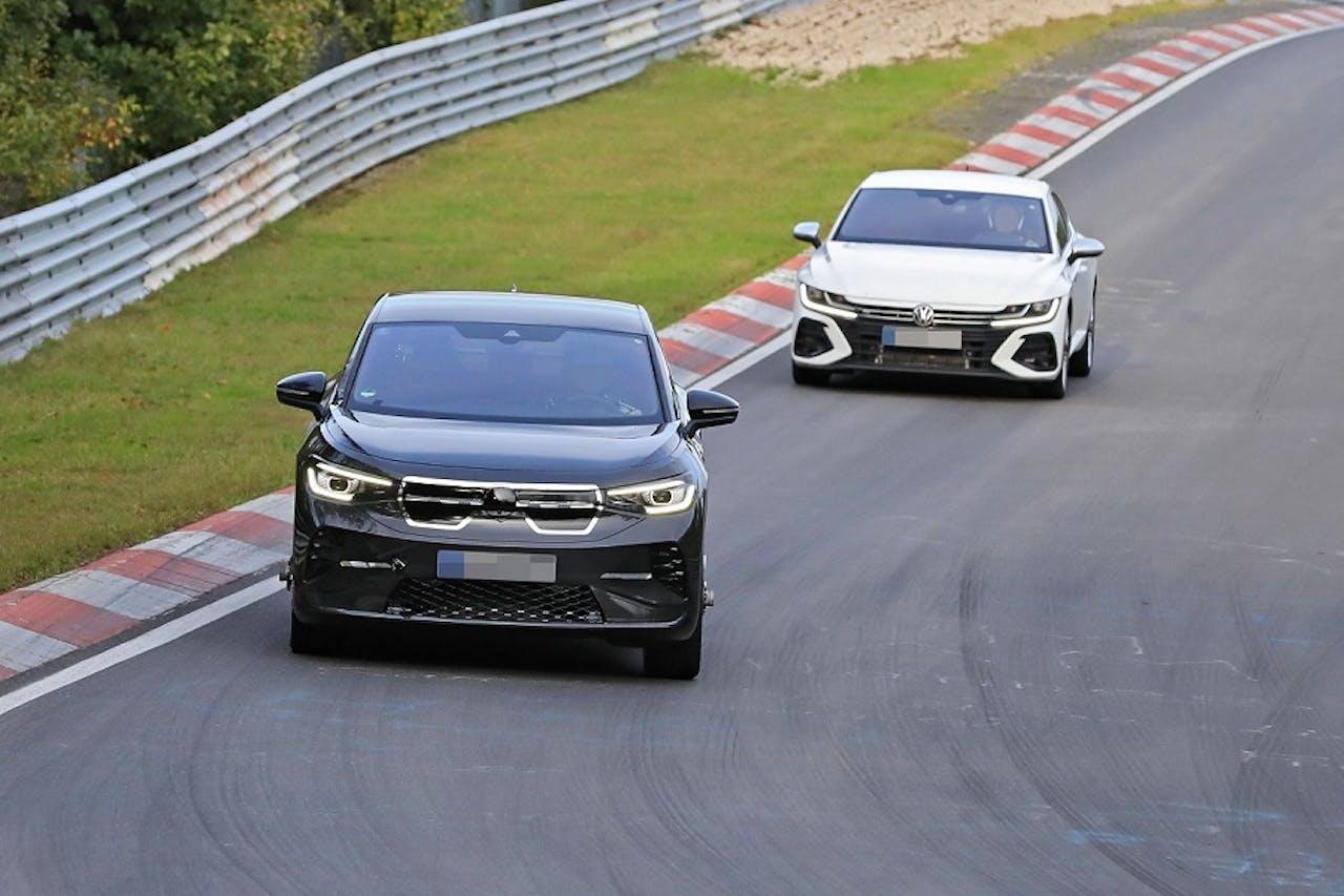 VW ID.5 und weiteres VW Fahrzeug auf dem Nürburgring. Foto: Stefan Baldauf