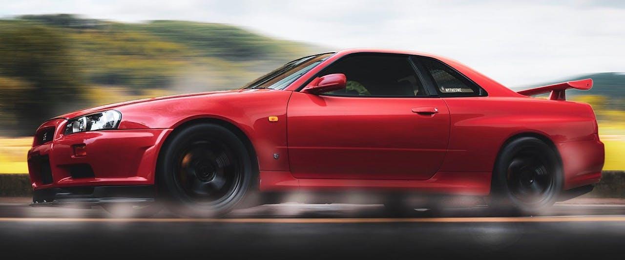 Rotes Auto beim Beschleunigen. Symbolbild für ein schnelles Auto. Die schnellsten Autos der Welt kennt das VEHICULUM Magazin