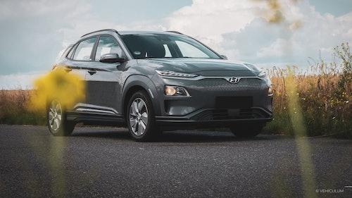 Hyundai Kona Elektro vor einem Getreidefeld