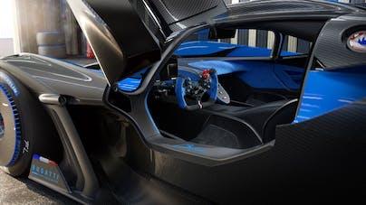Seitenansicht Bugatti Bolide mit geöffneter Scherentür und Blick in den Innenraum - VEHICULUM Autovorstellungen