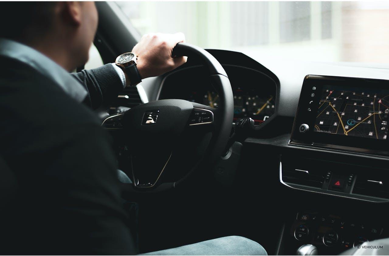 Seat_Innenraum_mit_Fahrer_Armaturenbrett_Lenkrad_Navigationssystem