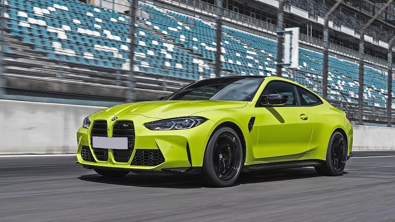 BMW M4 auf Rennstrecke in Limettengelb