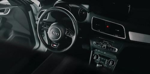 Lenkrad und Innenraum eines Audis