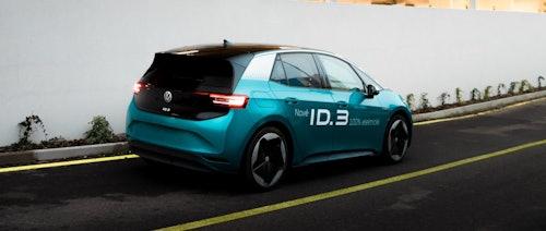 VW ID.3 in türkis auf Straße fahrend
