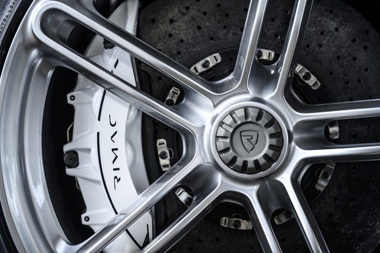 Rimac C_Two Räder Zentralverschluss weiße Bremsbacken