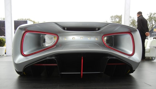 Blick auf das Heck des Lotus Evija mit riesigen aerodynamischen Tunneln und riesigen, schmalen Rücklichtern in Form von Nachbrennern von Kampfjets. Farbe: silber