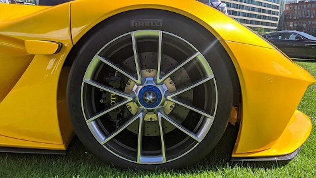 Rad eines Lotus Evija mit Zentralverschluss. Ebenso sichtbar. Ausfahrbare Kameras statt Außenspiegel für weniger Luftwiderstand. Fahrzeugfarbe: Gelb