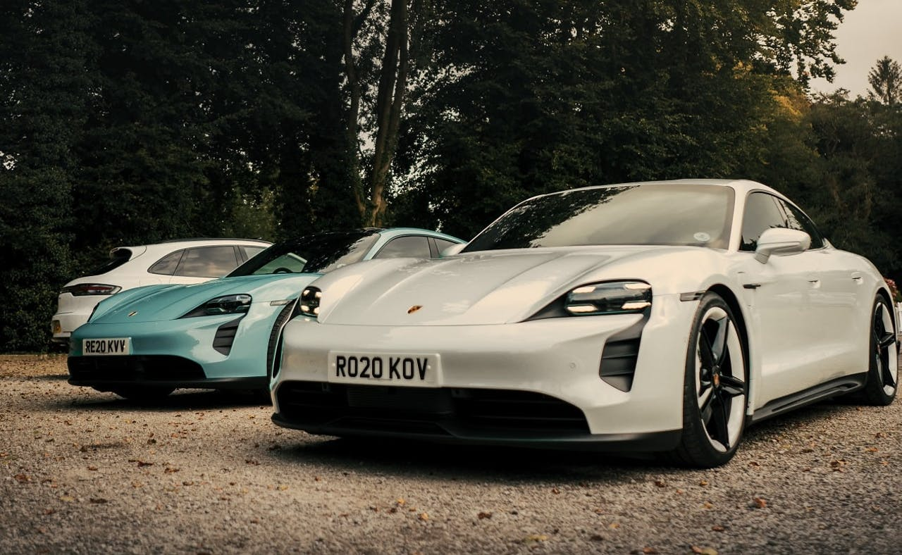 Porsche Taycan. Mehrere Fahrzeuge in Weiß und Türkis nebeneinander platziert. Headerbild: Schönste E-Autos der Welt