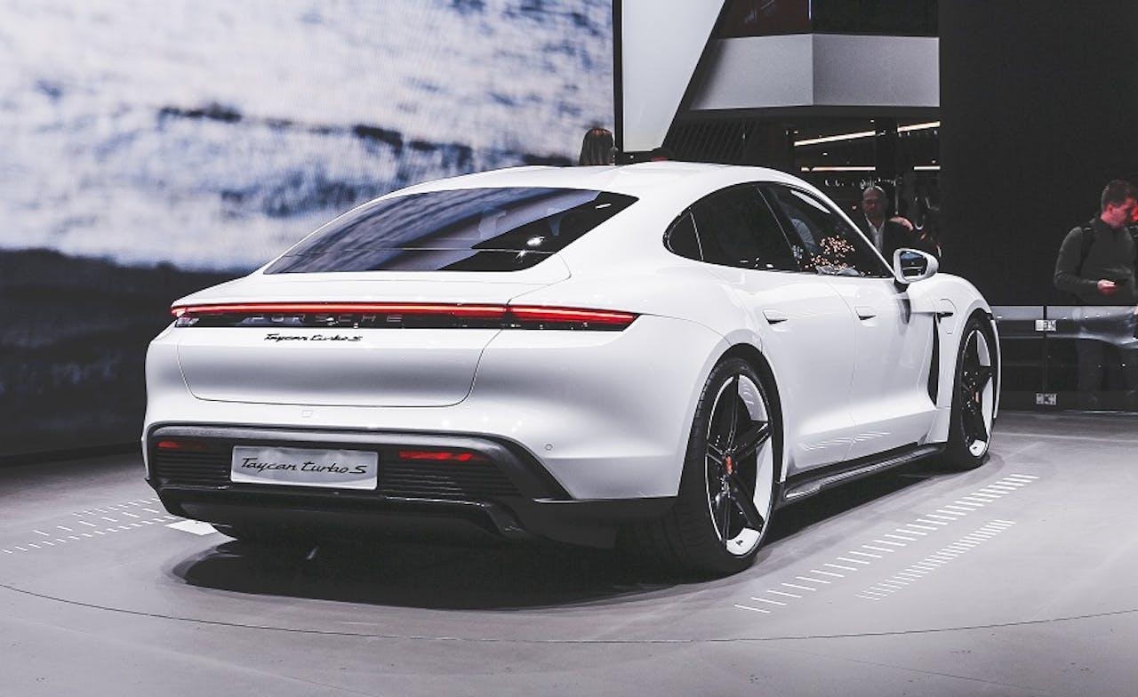 Porsche Taycan weiß von schräg hinten bei Fahrzeugpräsentation. Eines der schönsten E-Autos