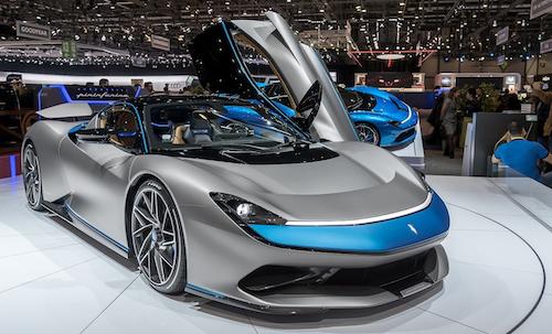 Pininfarina Battista Elektroauto in grau-blau bei der Fahrzeugpräsentation