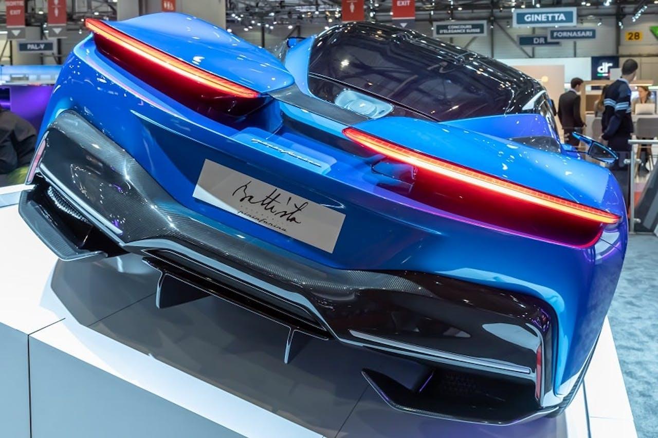 Heckansicht des Pininfarina Battista Hypercars in Blau.